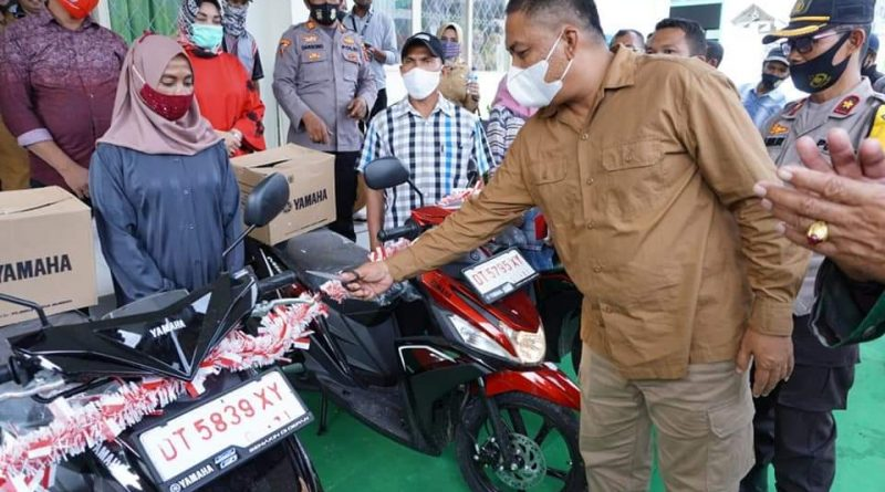Bupati Serahkan Ganti Rugi Motor Korban Konflik Desa Bahari