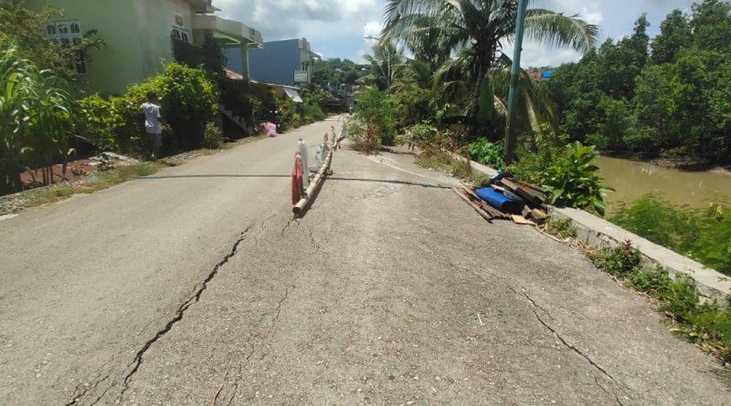 Jalan Tanggul Bataraguru Retak dan Rawan Amblas ke Sungai, Warga Tutup Jalan dengan Pot Bunga dan Kayu Panjang